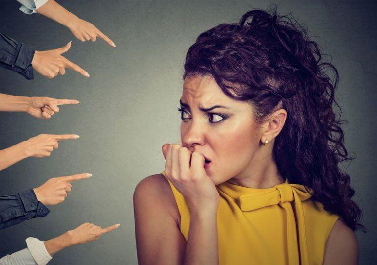 Ilustrační obrázek ženy s pocitem viny k článku na blogu family flow