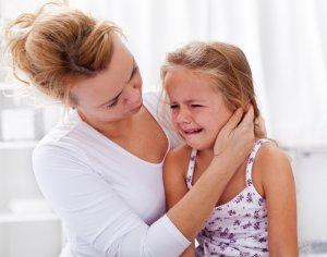Ilustrační obrázek ženy s brečícím dítětem k článku na blogu family flow